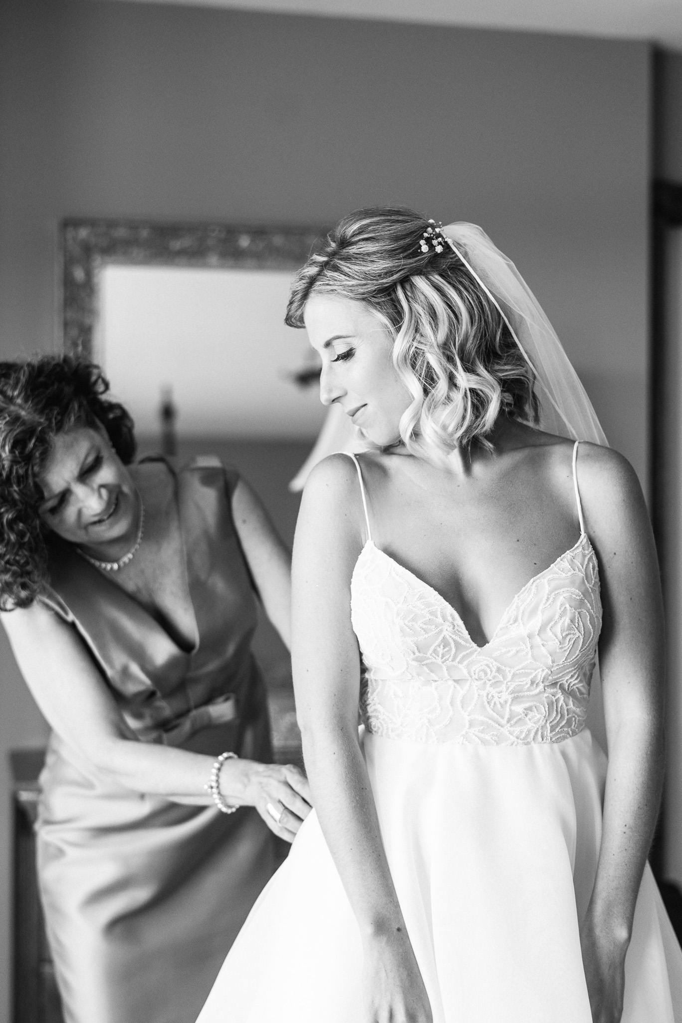 Bride getting ready photos at Vineyard Estate House at Cave Spring Vineyard by Jenn Kavanagh Photography